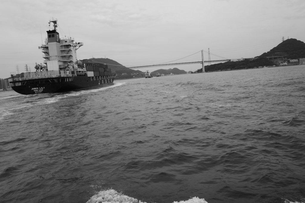 関門海峡を渡る関門汽船にて